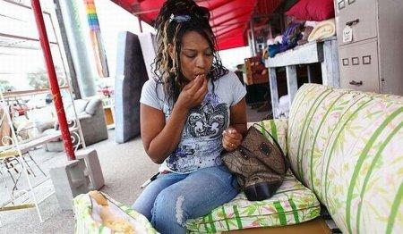 Женщина,которая любит есть диваны [5 фото]